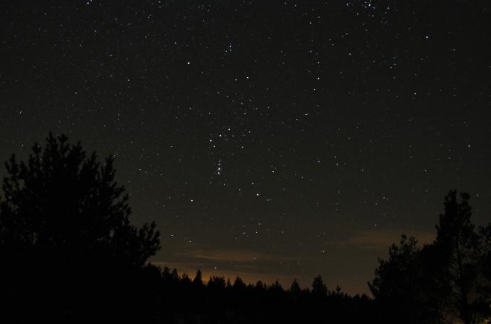 Bildet er fra Geirs hytteblogg http://geir2m.blogspot.no/2011/01/fin-stjernehimmel-i-kveld.html  Linker under bildet. Dere ser en rad på skrå med tre stjerner. Det er Orions belte. Litt til venstre et godt stykke over er det en stjerne som lyser kraftig. Det er Betelgeuse. Eller altså restlyset etter Betelgeuse.